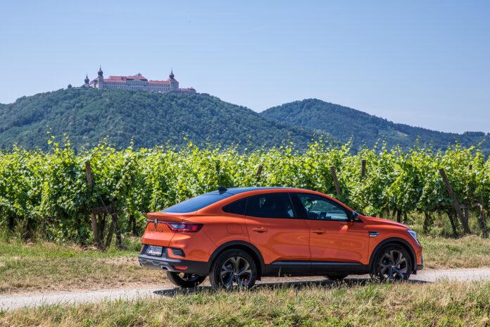 Renault Arkana vor Weinreben